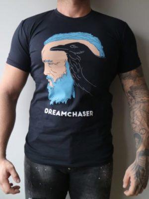 Dreamchaser Tee Ekiwa - Jaag je dromen na met dit zwarte shirt en de grote afbeelding op de voorkant