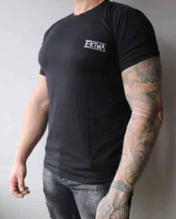 Black Basis Ekiwa Tee - zwart basis T-shirt met embleem op de borst