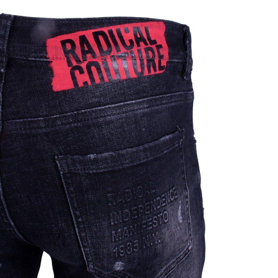 Afbeelding van rode Radical Couture logo op zwarte jeans
