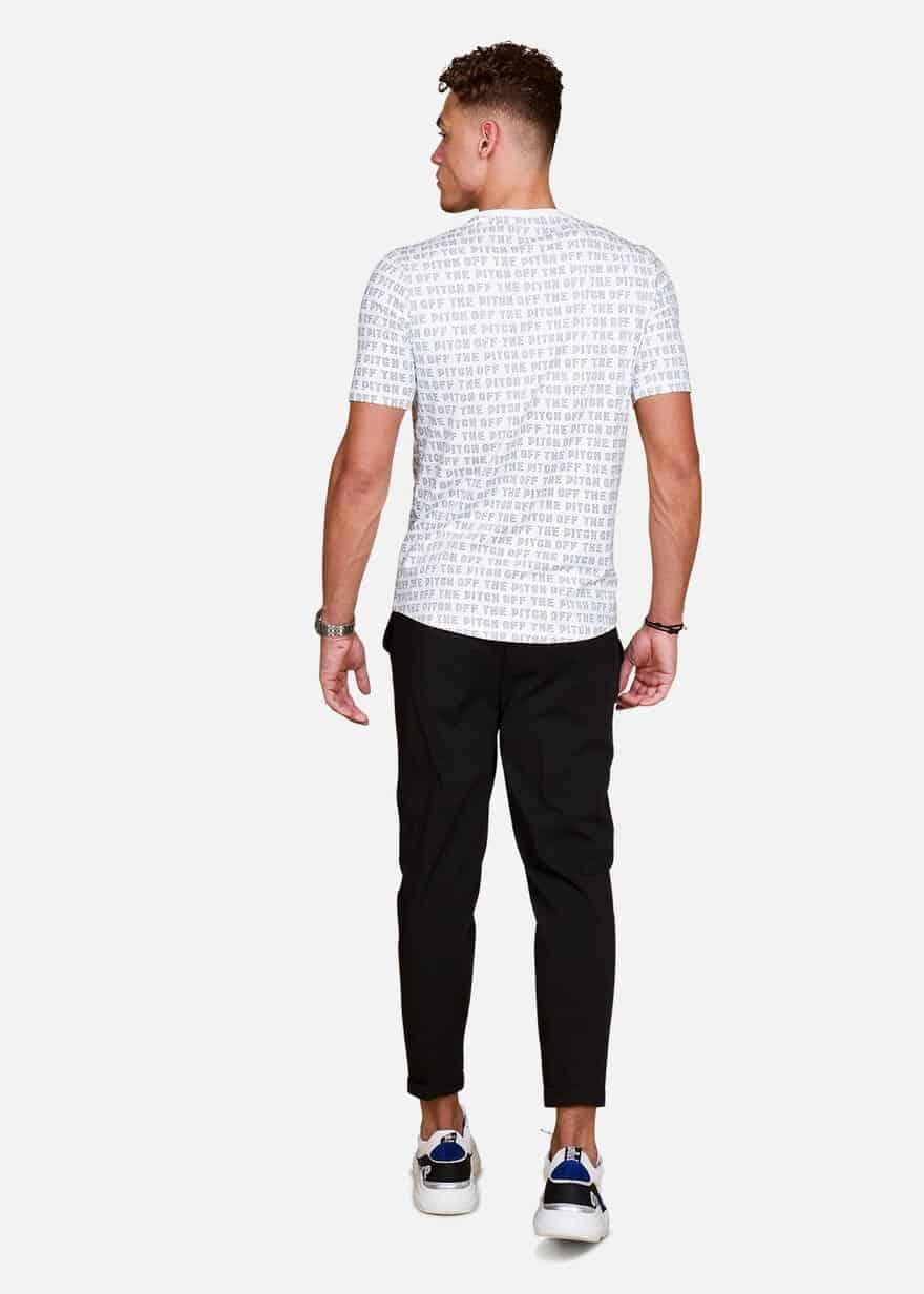 White Allover Tee OTP - wit shirt met algehele bedrukking van het merk en oranje logo op de borst