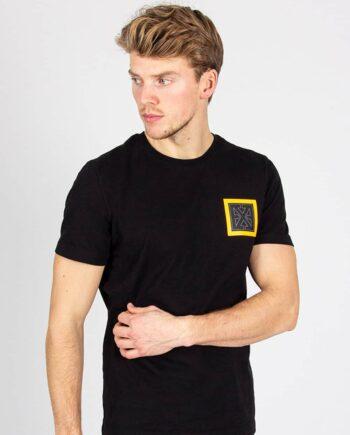 Black Square Tee XPLCT - zwart Tshirt met geel en zwart embleem op de borst