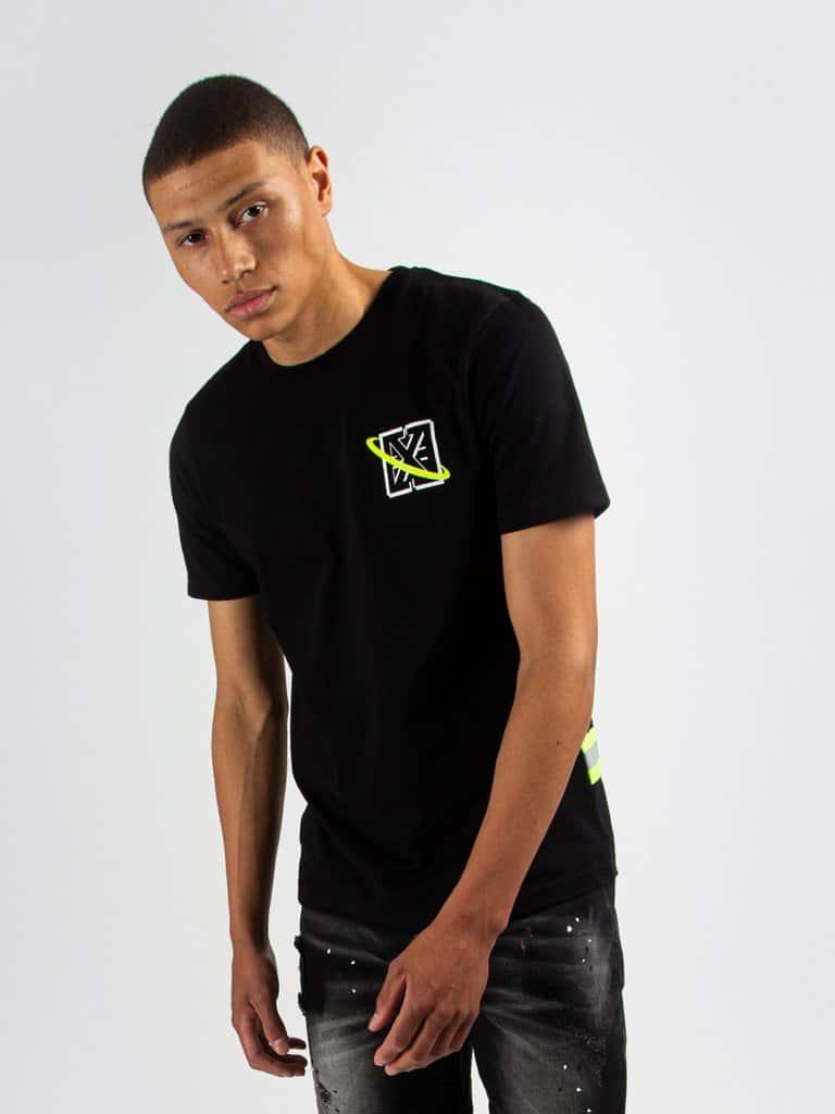 Black Galaxy Tee - zwart T-shirt met geel en wit logo en grote afbeelding op de rug